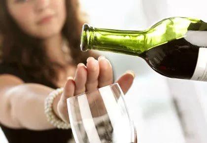 алкоголику в нашей стране сложно бросить пить